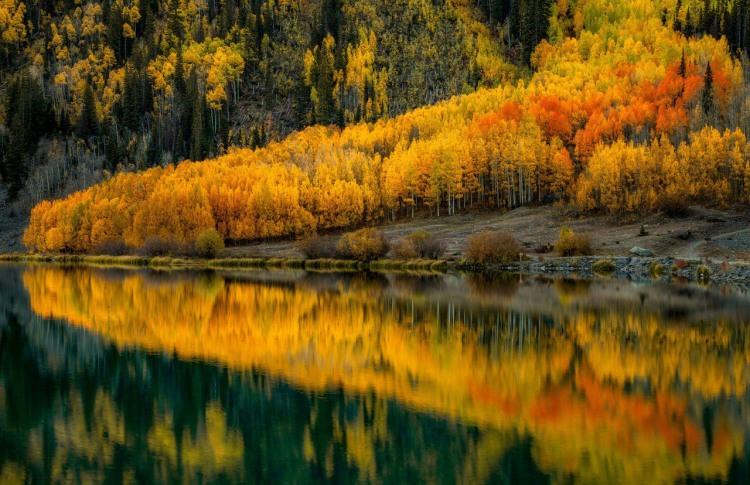 Осень и зеркальное озеро