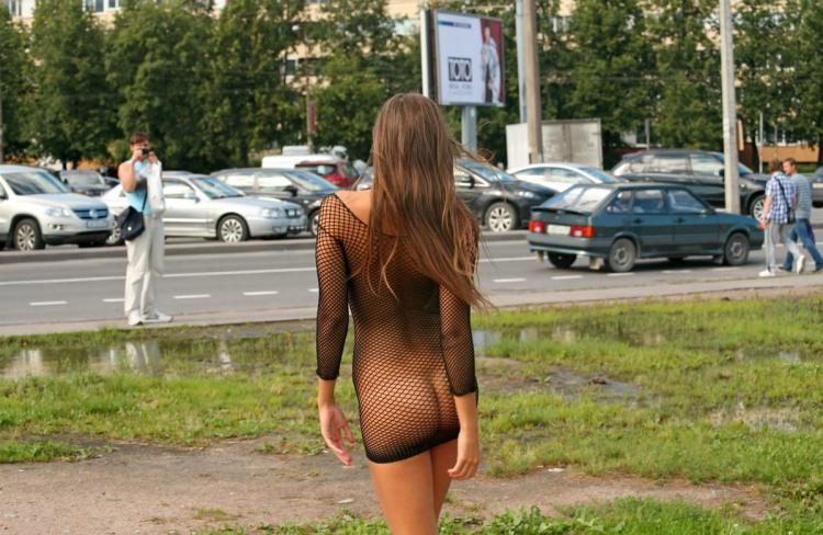 Девушка в эротичном платье