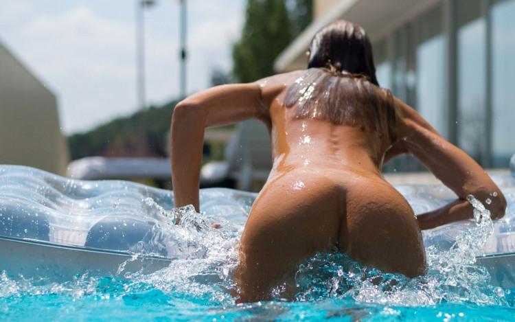 Купальники в бассейнах носить не модно