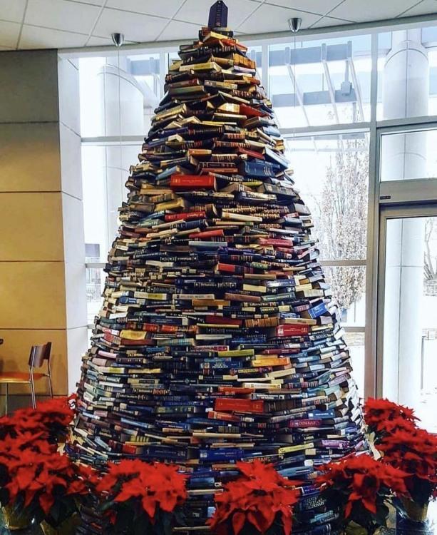 Елка из книг в библиотеке - а что с ними еще делать ...