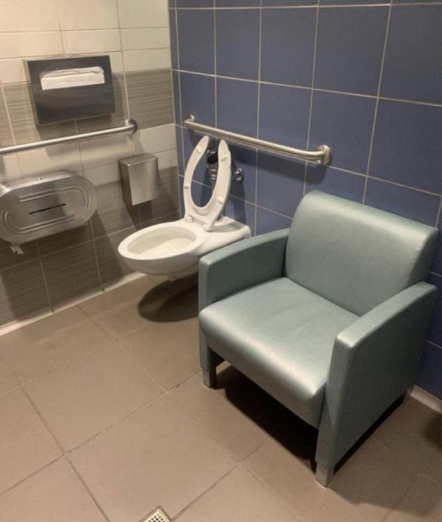 Чтобы в туалете не скучать и было с кем поболтать