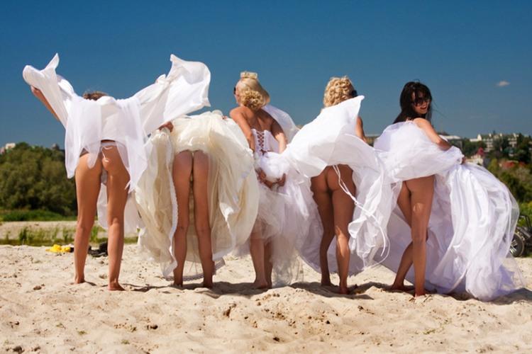 Веселые невеста с подругами задрали платья