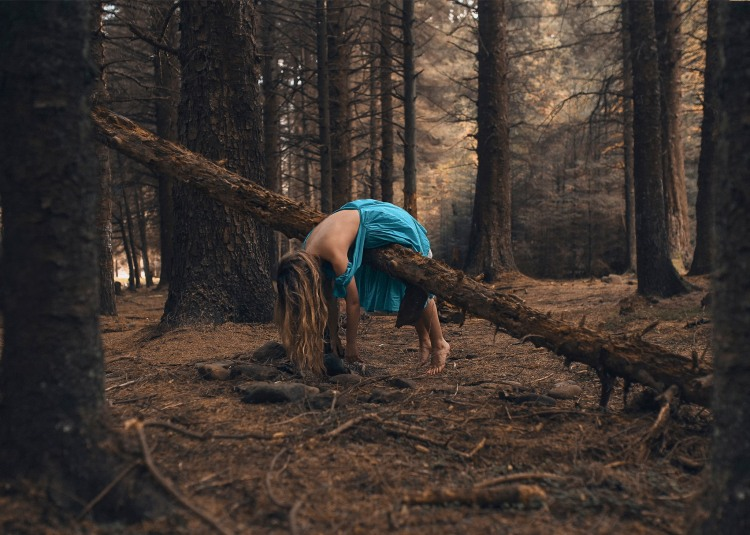 Девушка прилегла отдохнуть в лесу