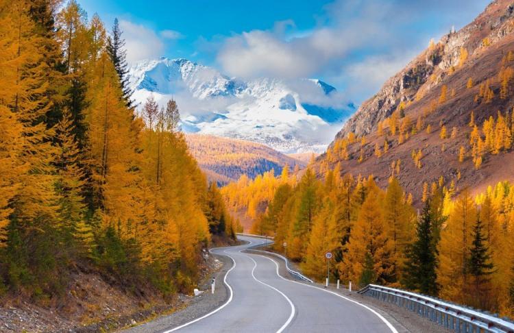 Осень встретилась с зимой в горах