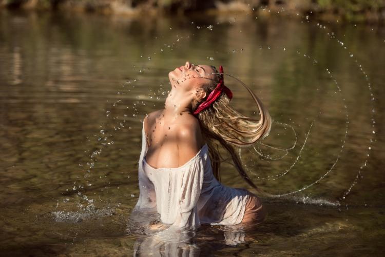 Игривая девушка в пруду