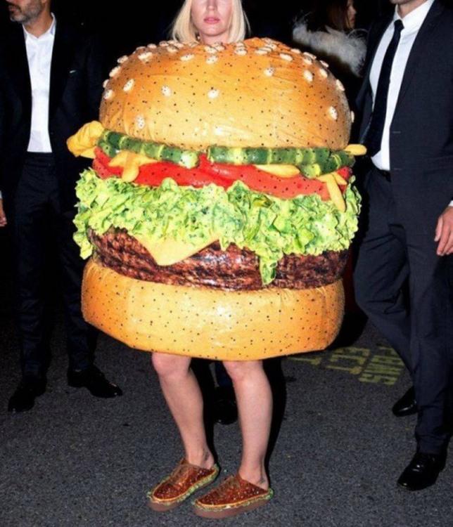 Аппетитная девушка - ходячий гамбургер