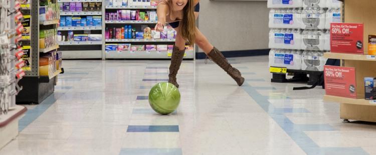 Играем в боулинг в магазине