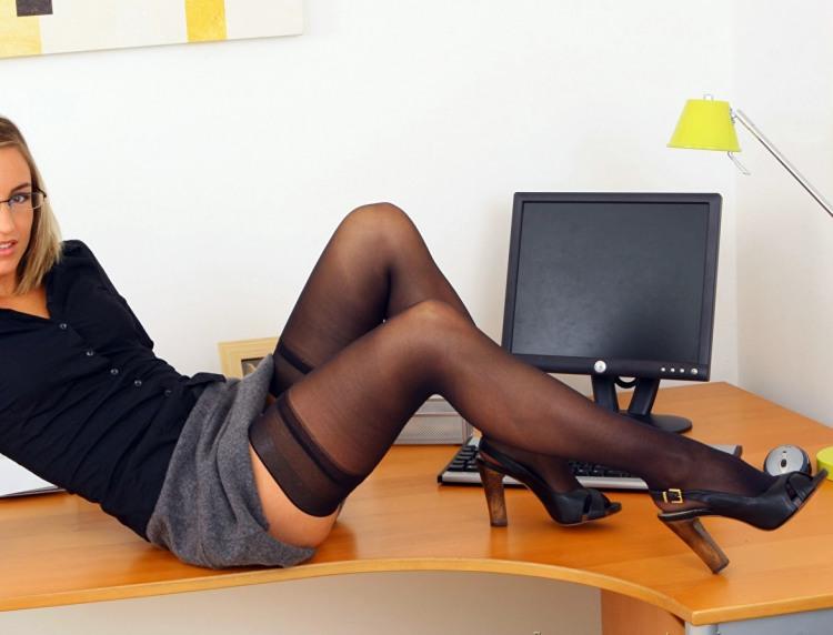 Секретарша забыла подготовить отчет и пытается это скрыть
