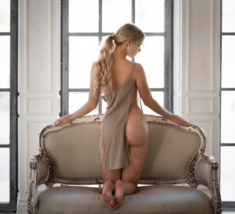 Блондинка в эротичном платье
