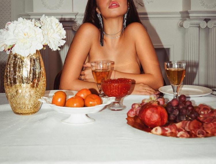 Интимный ужин с девушкой и икрой