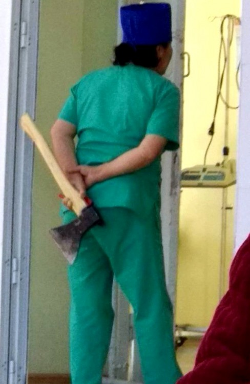 Медсестра с наркозом в руках