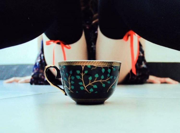 Выпьешь чашку горячего чая с девушкой?