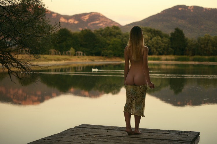 Купатся в озере лучше голой