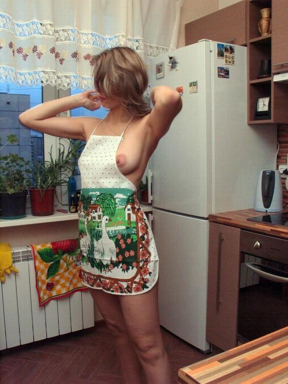 Эротичная домохозяйка в фартуке