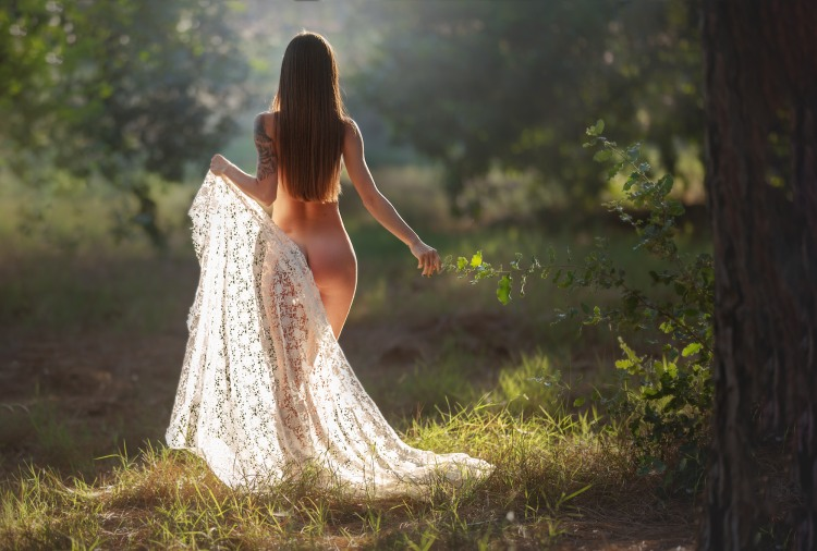 Голая девушка гуляет по лесу